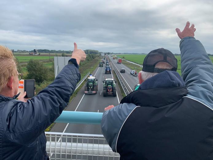 Boerenprotest. Op viaduct Nehalennia staan sympathisanten klaar om de boeren een hart onder de riem te steken.