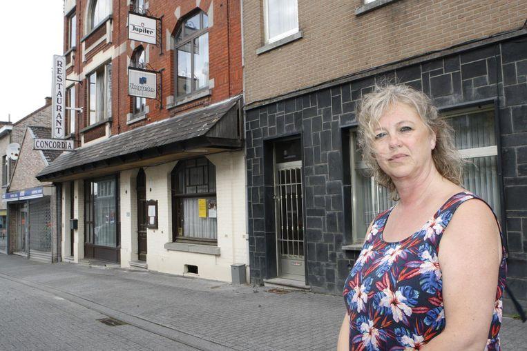 Nadia Quintens van Bindkracht aan het oude pand in de Brugstraat waar ze een nieuwbouw voor jongeren met een beperking had gepland.