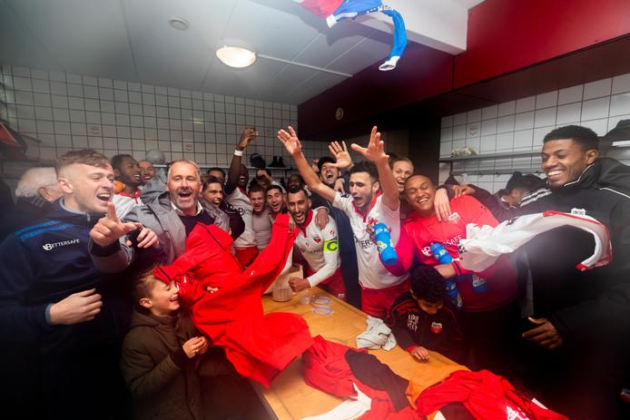 Unitas viert feest in de kleedkamer na het 0-0 gelijkspel tegen concurrent Halsteren: de eerste periodetitel zit in de knip.
