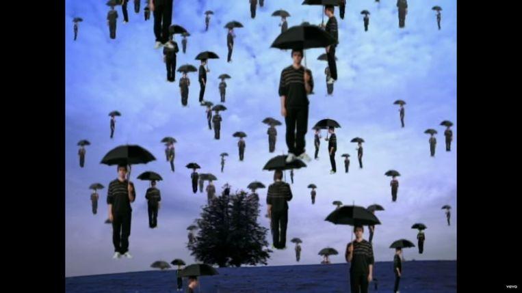 In de videoclip van de single 'Don't Go Away' brengt Oasis een hommage aan de Belgische grootmeester René Magritte. Beeld rv