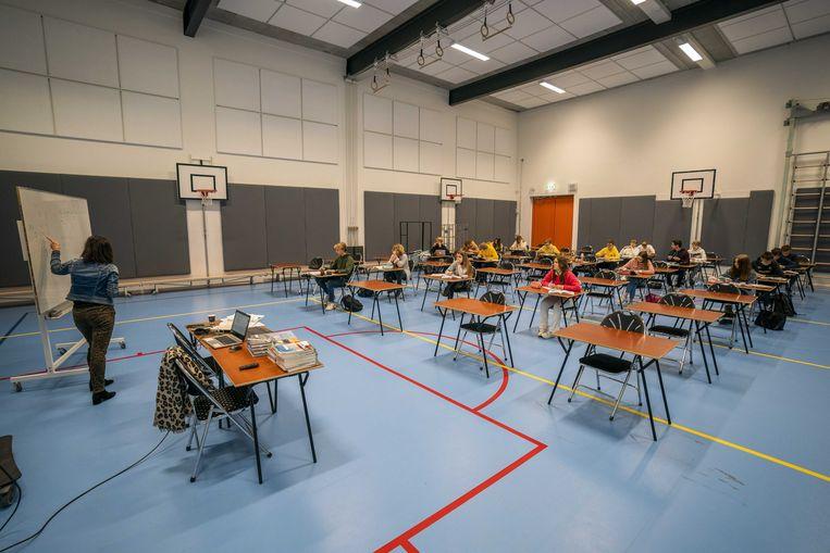 Leerlingen van het Teylingen College Leeuwenhorst krijgen les in de gymzaal. Beeld ANP