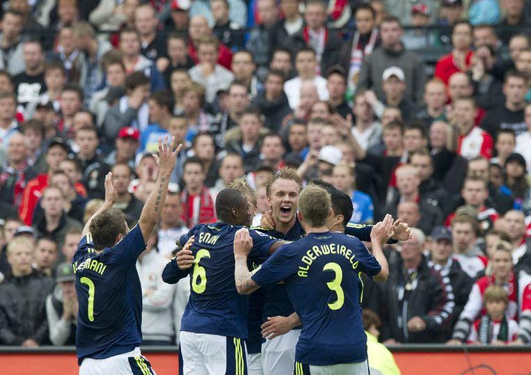 De spelers van Ajax vieren het doelpunt Siem de Jong (M) in de wedstrijd tegen Feyenoord (0-1). Beeld