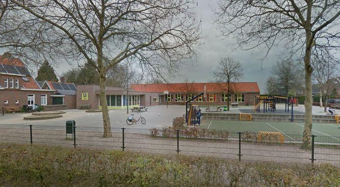 Het gedateerde gebouw van de St. Franciscusschool in Biezenmortel. De coöperatie pleit voor woningen voor starters en jonge gezinnen zodat er nieuwe aanwas komt op de school.