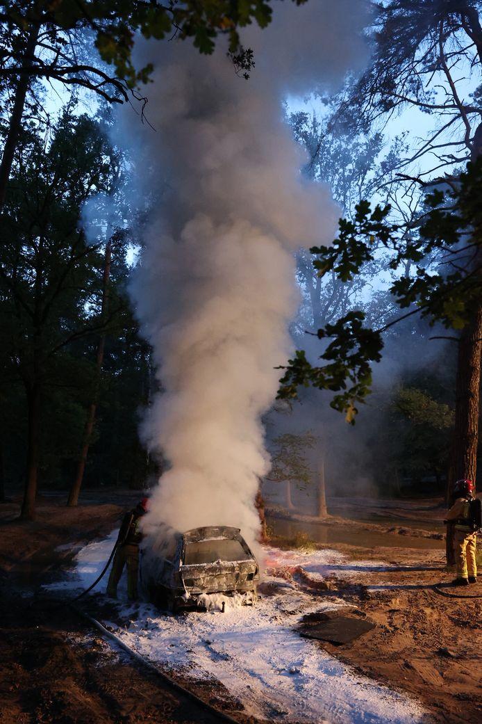 De auto brandde compleet uit in Steensel.