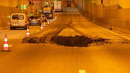 File aan Kennedytunnel nadat vrachtwagen lading slib verliest