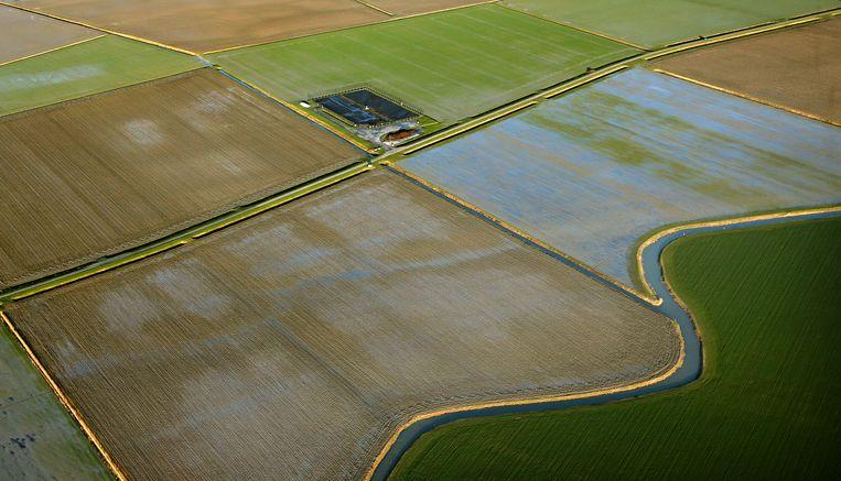 Luchtfoto van een gasveld in het landschap van Loppersum (Groningen). Omdat de gaskraan hier dichtgaat, gaat hij in onder meer Drenthe juist open. Beeld ANP