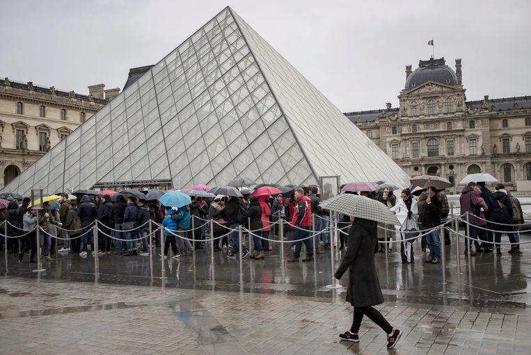 Aanschuiven aan het Louvre. Het museum heeft in 2018 voor het eerst de kaap van 10 miljoen bezoekers overschreden. Beeld EPA