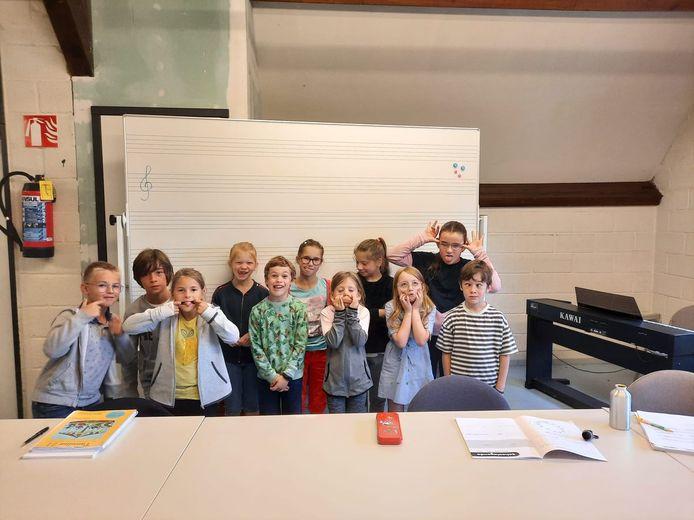 Sinds deze maand kan je vanaf 6 jaar terecht in dé Academie met vestiging in de Sceure in Vleteren. De lessen podiumkriebels, muziekatelier en instrumenten worden georganiseerd. Op de foto enkele enthousiaste leerlingen.