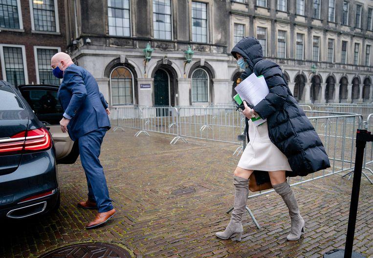 Kajsa Ollongren (D66) verlaat de Stadhouderskamer na een positieve uitslag van een coronatest – maar houdt haar notities leesbaar voor de aanwezige journalisten in haar hand.  Beeld ANP
