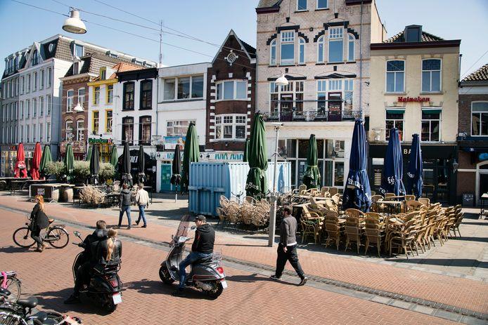 Lege terrassen bij twee zaken van Khalid Oubaha in de Nijmeegse Molenstraat.