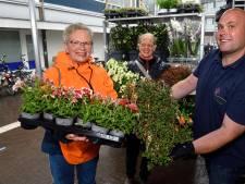 Dankzij bloemist Cees kan Rita (65) uit Amersfoort de bloemetjes weer buitenzetten: 'Zó mooi'