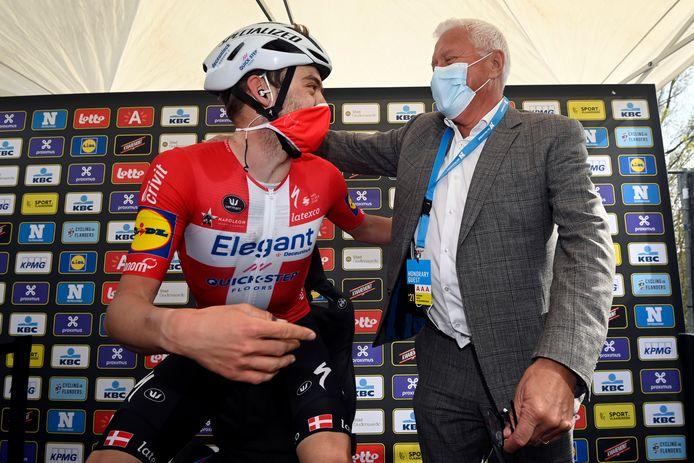 Patrick Lefevere feliciteert Kasper Asgreen na diens zege in de Ronde.