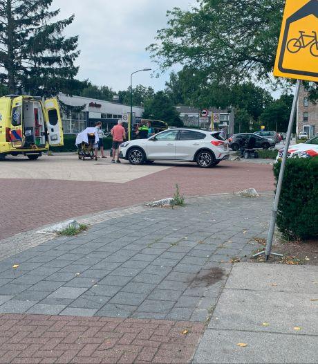 Persoon op scootmobiel moet naar het ziekenhuis na botsing met auto in Veenendaal