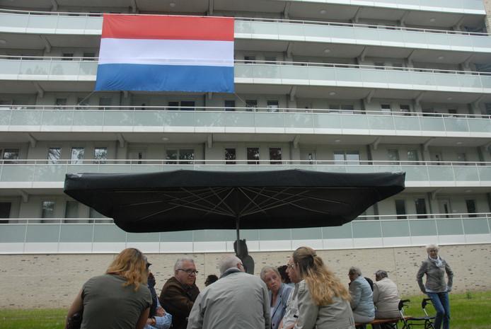 De Nederlandse vlag hing trots tegen de Rijskampenflat