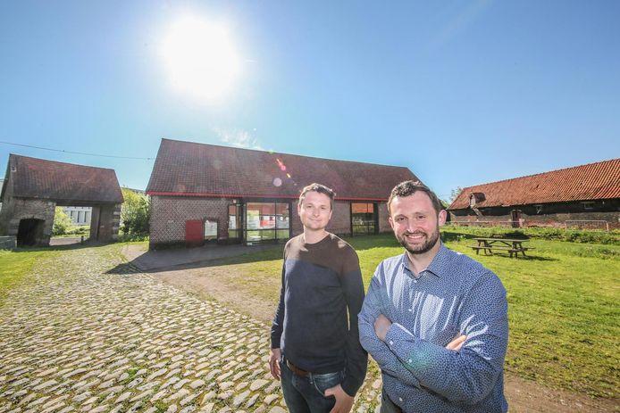 Schepenen Arne Vandendriessche en Bert Herrewyn bij bezoekerscentrum Hoeve Te Coucx.