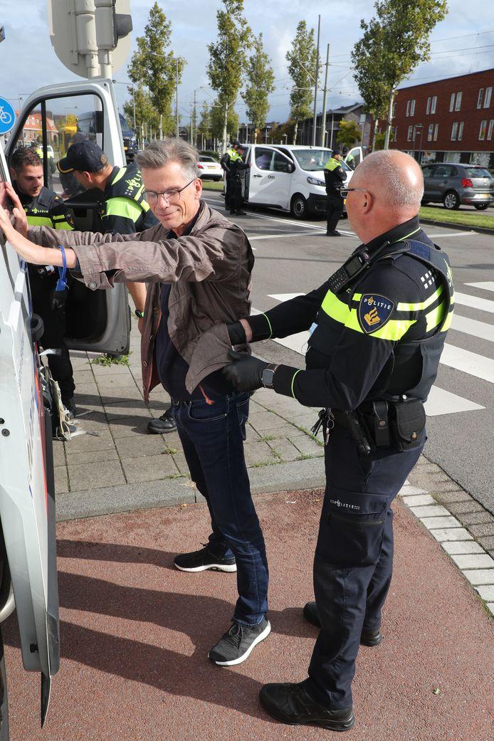 AD-verslaggever Hans Nijenhuis wordt aangehouden door de politie.