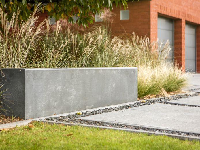 Les matériaux utilisés pour le revêtement des terrasses, sentiers ou allées sont souvent problématiques pour l'évacuation de l'eau de pluie. Utilisez des matériaux qui retiennent (partiellement) l'eau, permettant son infiltration progressive dans le sol.