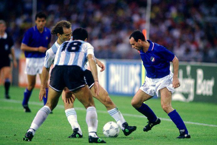 Italy's Salvatore Schillaci  in actie tegen Argentinië.