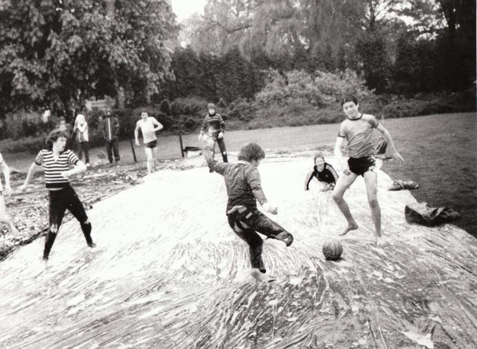 Voetballen tijdens Koninginnedag in Waalre in 1981.