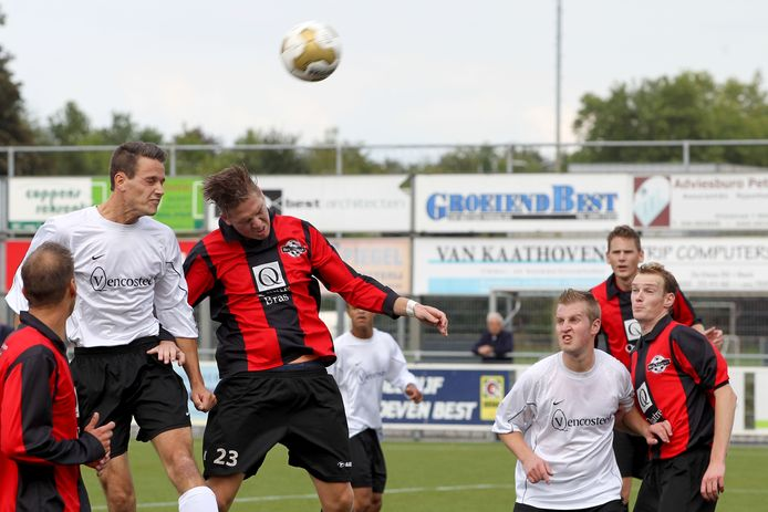 Beeld van Best Vooruit - EFC uit september 2013 in de eerste klasse C. Komend seizoen treffen beide clubs elkaar weer in die klasse.