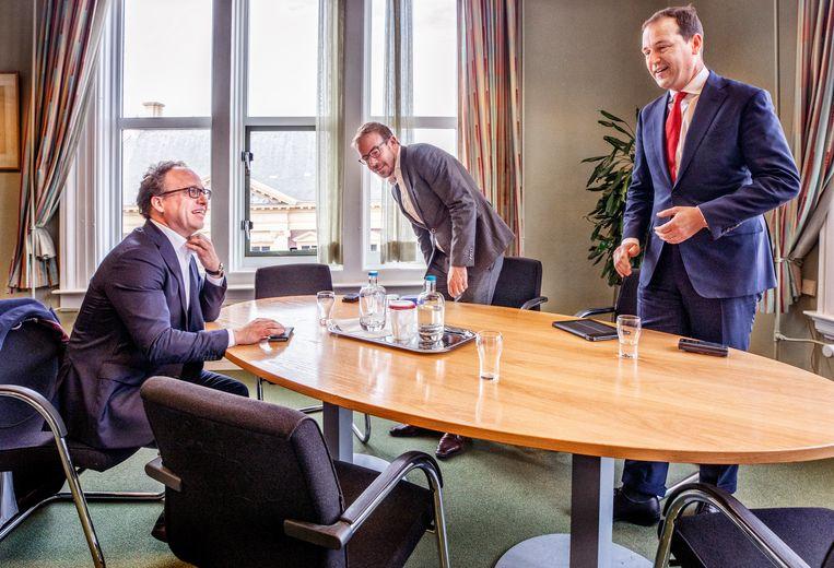Wouter Koolmees, minister van Sociale Zaken en Werkgelegenheid (links) op bezoek bij PvdA-Kamerlid Gijs van Dijk (midden) en Lodewijk Asscher (rechts). Beeld Raymond Rutting / De Volkskrant