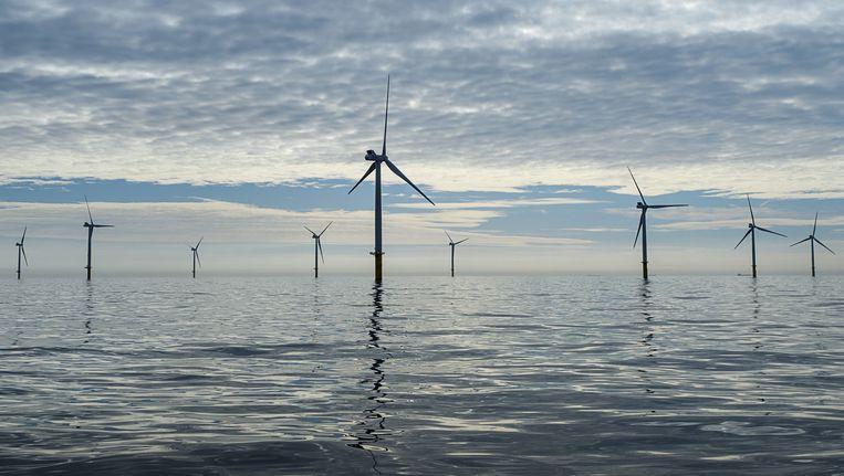 Windmolens reiken boven het wateroppervlakte van de Noordzee Beeld anp
