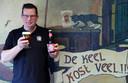 Ivan Geudens met zijn nieuw bier.