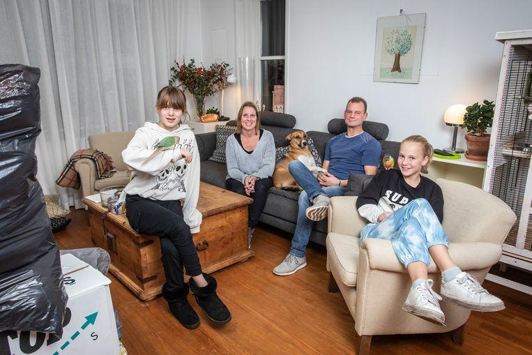 Gina (41) en Silver Hermens (41), Suze (11) en Esmée (10). Beeld Dingena Mol