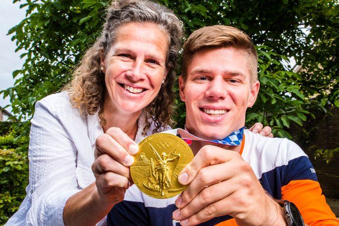 Niek Kimmann en zijn moeder, Caroline Maarse, zijn trots op de gouden medaille.