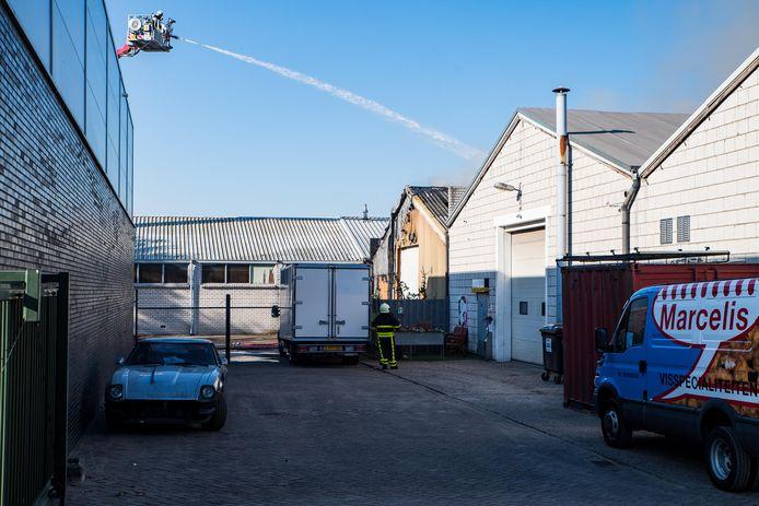 Brandweer blust het bedrijf in Goirle.