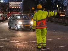 60 verkeersregelaars op 7 drukke routes: zo wil Woerden verkeersinfarct voorkomen bij afsluiting A12