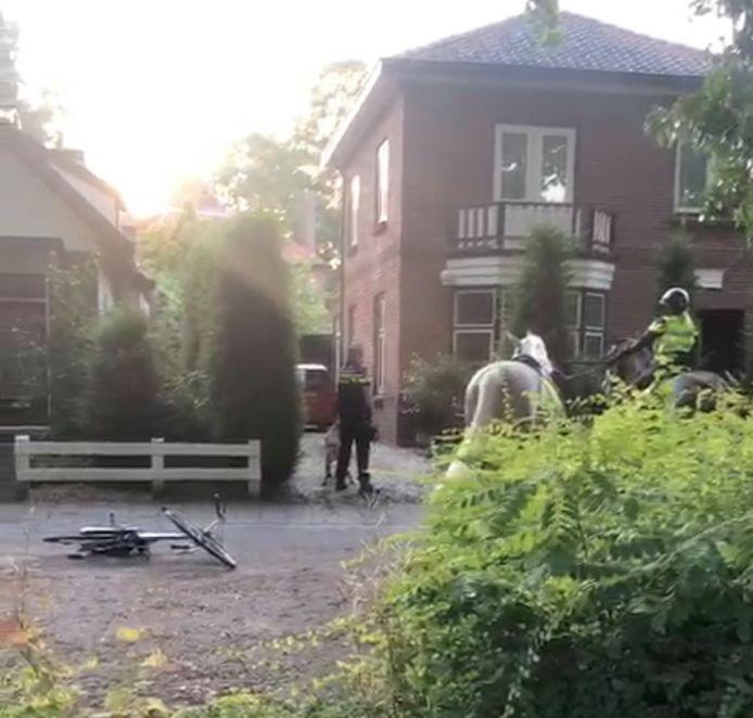 De politie ging met een politiehond en paarden op zoek naar de gevluchte man in Apeldoorn.