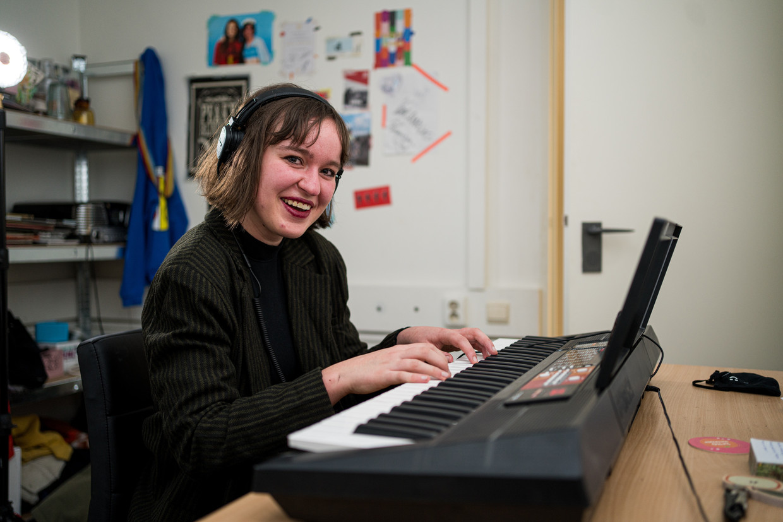 Annelies Rom uit Leuven speelt op haar keyboard: 'Aan het begin van de eerste lockdown dacht ik: als het er nu niet van komt, wanneer dan wel?' Beeld Wouter Van Vooren