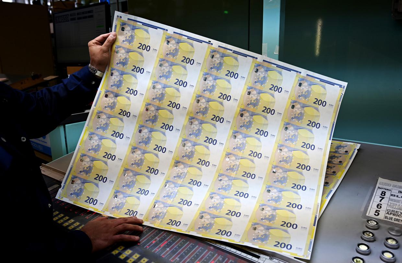 Een medewerker toont nieuwe tweehonderd-eurobiljetten, vorige maand gedrukt door de Banca d'Italia.