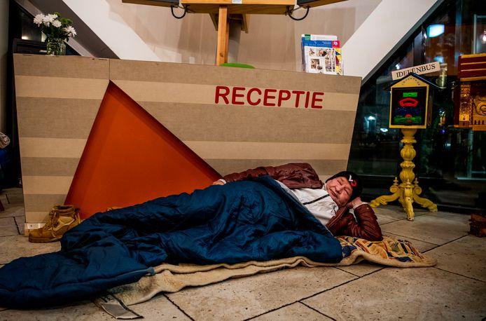 Een Poolse dakloze slaapt op de grond in de Pauluskerk.