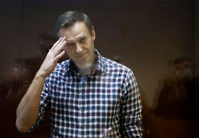 Aleksej Navalny wrijft over zijn voorhoofd in de rechtbank in Moskou.