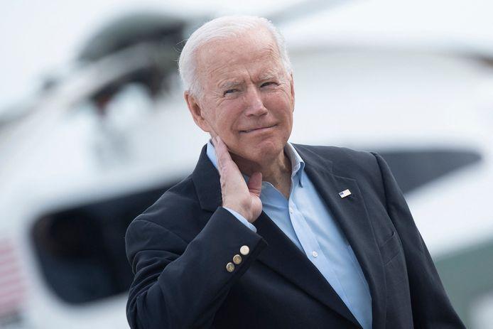 President Joe Biden moest een krekel uit zijn nek slaan.