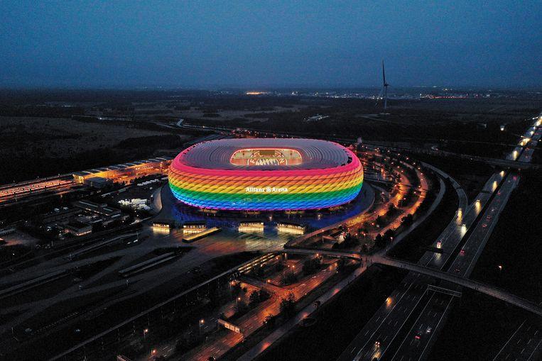 De Allianz Arena in München verlicht in regenboogkleuren, waar woensdag de voetbalwedstrijd Duitsland-Hongarije wordt gespeeld.   Beeld Getty Images