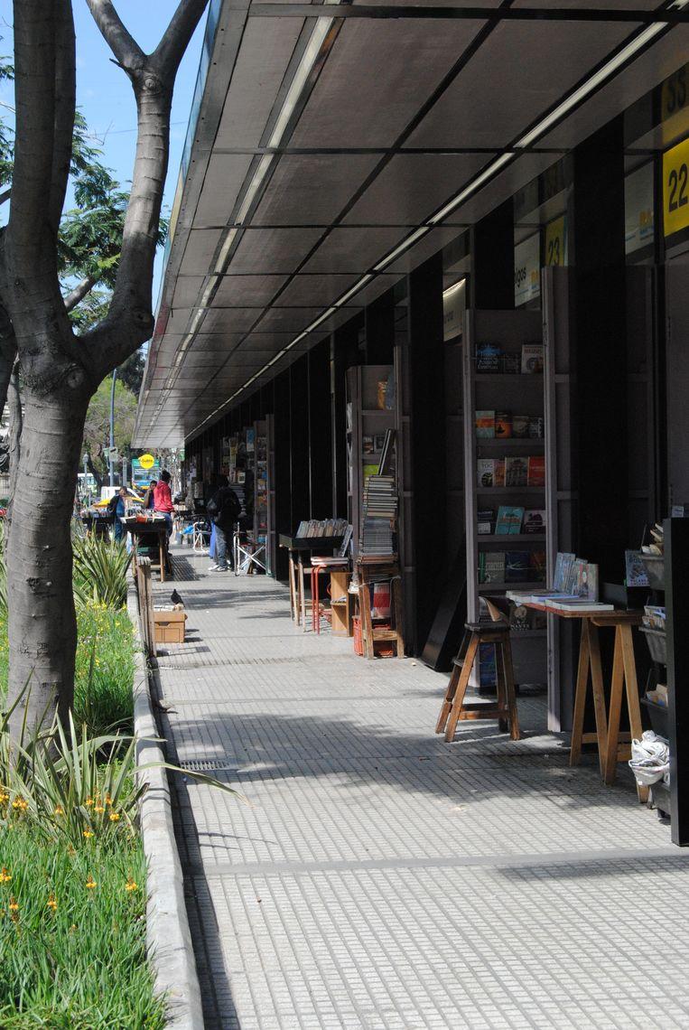 Een hele rij schier identieke boekenkraampjes aan de Plaza Italia. Beeld Ewoud Ceulemans