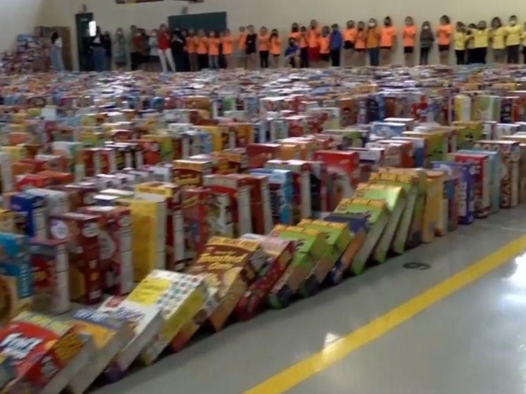 Domino Day maar dan met 15.000 dozen ontbijtgranen