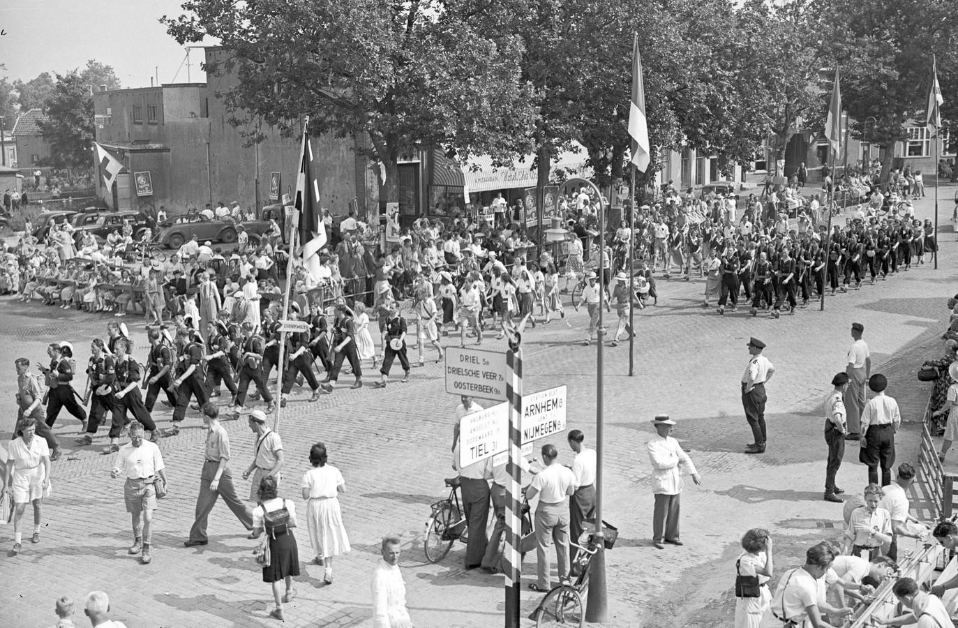 In 1949 zijn er in Nijmegen veel geüniformeerde groepen. Daarin valt verzuild Nederland te herkennen.