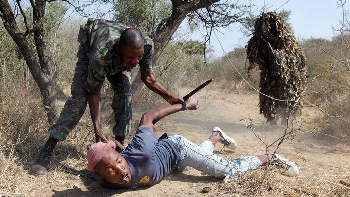 Militairen nemen een stroper gevangen in het Kruger Park. ANP