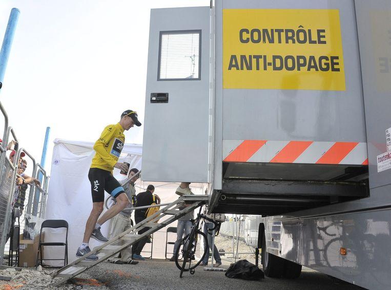 Dopingcontrole tijdens de Tour de France. Beeld EPA