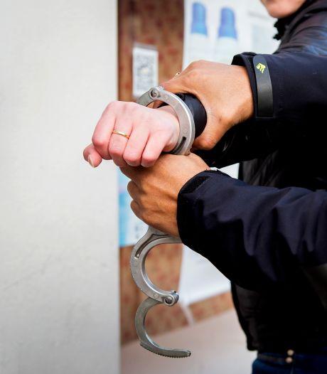 Amerikaan (32) verdacht van insteken op gezicht Groningse agent naar Nederland