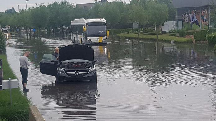 Een bestuurder mispakte zich en reed zijn auto stuk in het water.
