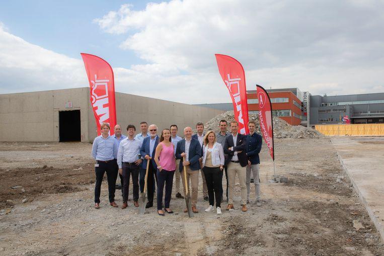 Foto (van links naar rechts): Luc Rasschaert (TVH), Marc Jonckheere (TVH), Mark Oosterlinck (TVH), Jurgen Van den Bussche (Alheembouw), Paul Thermote (TVH), Els Thermote (TVH), Bernard De Meester (TVH), Dominiek Valcke (TVH), Steven Beirinckx (BM Engineering), Ann Thermote (TVH), Pieter Onraet (Alheembouw), Peter Temmerman (Alheembouw), Dries Goesaert (Architecten- en ingenieursbureau DBG)
