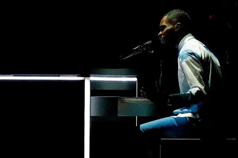 Rapper Dave begint zijn optreden achter de piano