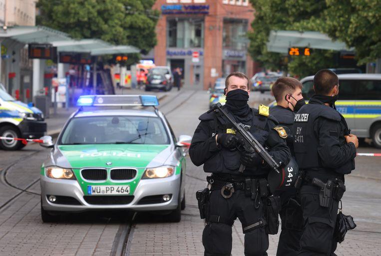 Duitse politievoertuigen en ambulances rukten massaal uit vanwege een dodelijke steekpartij in het Beierse Würzburg. Beeld Karl-Josef Hildenbrand/dpa