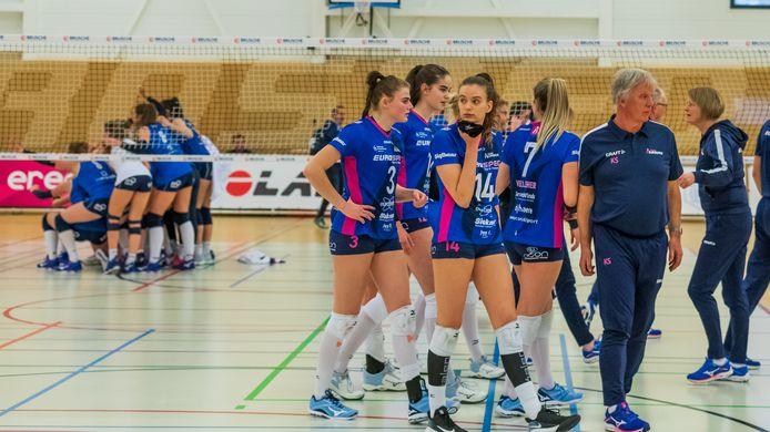Op de achtergrond viert Sliedrecht Sport de 3-0 overwinning op Eurosped, dat afdruipt na de nederlaag. Geen kampioenspoule voor de ploeg uit Vroomshoop.