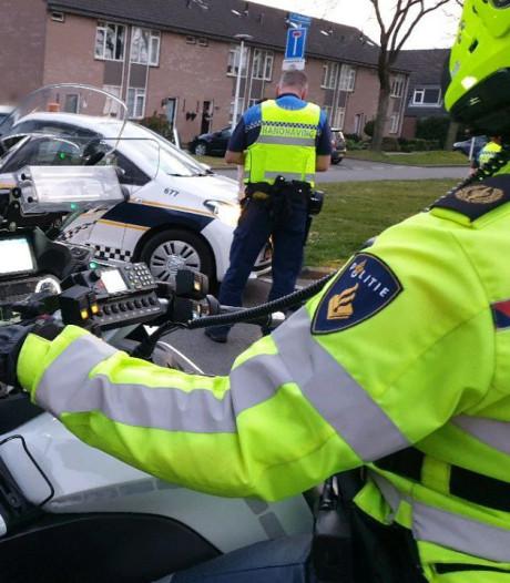 Politie slingert grote groep voetballende jongeren op de bon in Hengelo